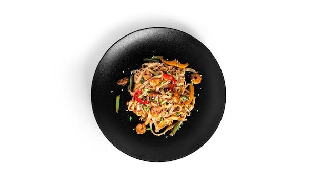 Tagliatelle wok con frutti di mare isolati su bianco. pasta con gamberi e cozze.