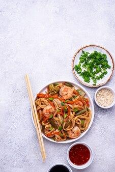 Wok con gamberi e verdure