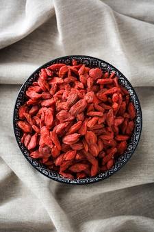 Wolfberries o bacche di goji nella vista superiore della ciotola