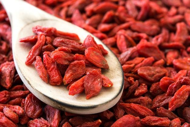 Wolfberries o bacche di goji su un cucchiaio sullo spazio della copia della superficie di goji