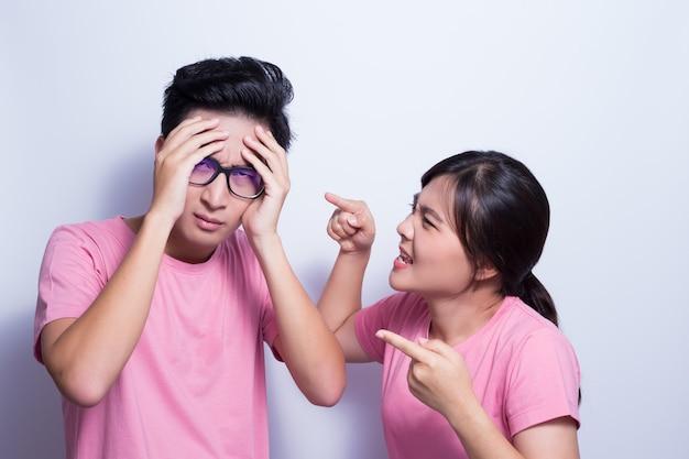 Donna arrabbiata con il suo ragazzo
