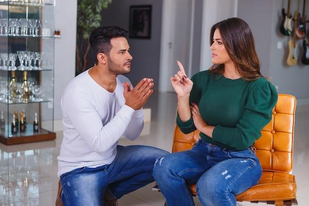 Donna arrabbiata con suo marito. una coppia che litiga