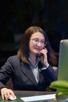La donna risponde alle chiamate dei clienti in un call center