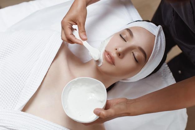 Donna che applica la maschera cosmetica di alginato