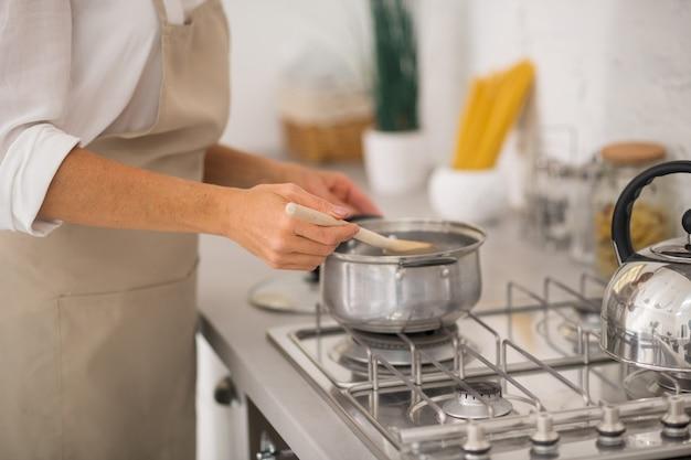 Donna in grembiule da cucina in cucina