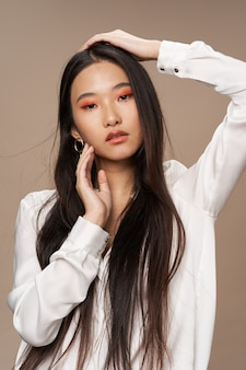 Donna asiatica aspetto cosmetici glamour lusso isolato sfondo