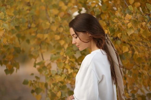Donna in autunno park