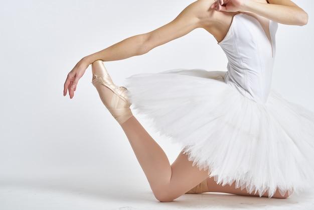 Ballerina donna che balla in tutù e scarpe da punta