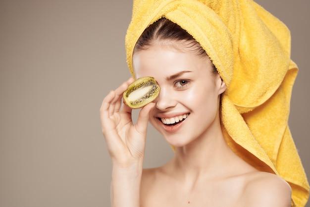 Donna spalle nude kiwi vitamine cura della pelle