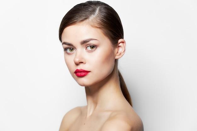 Spalle nude della donna sorriso divertente sguardo attraente labbra rosse