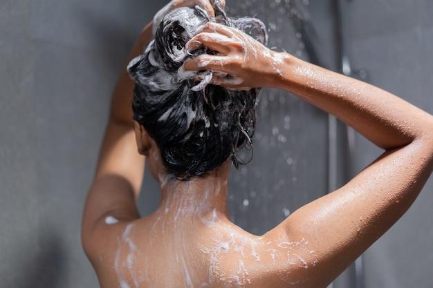 Donna che bagna e lava