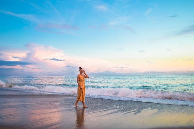 Donna sulla spiaggia che gode delle vacanze estive