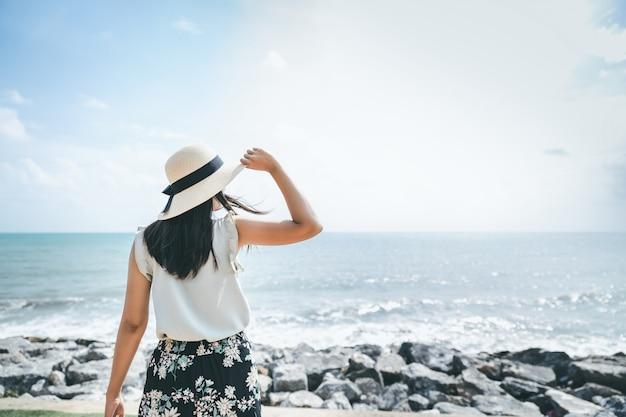 Donna sulla spiaggia in estate
