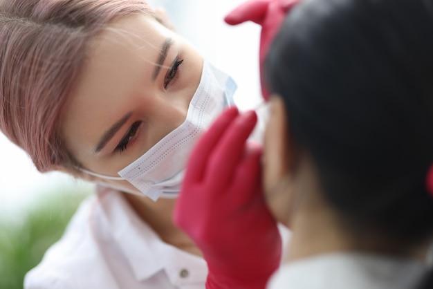 L'estetista della donna fa le procedure anti-invecchiamento al cliente. concetto di servizi del salone di bellezza