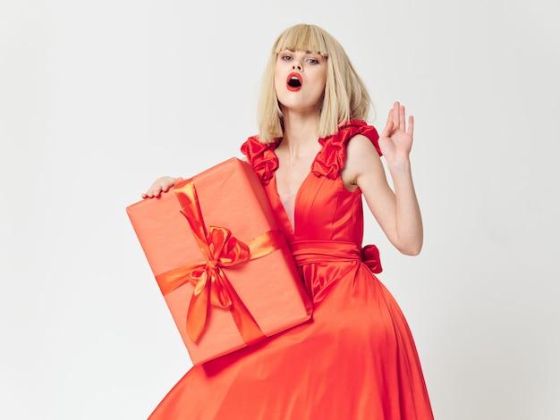 Donna in un bel vestito con scatole regalo vacanza spazio, vendita e celebrazione