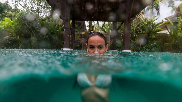 Donna in una bellissima villa con piscina