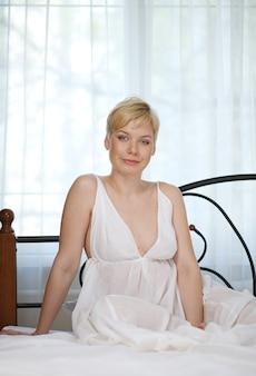 Donna in camera da letto sul letto