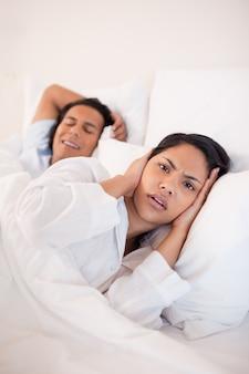 La donna è infastidita dal ragazzo russante