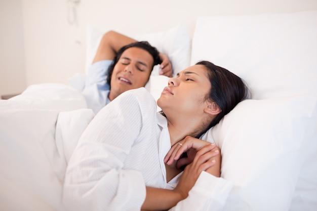 La donna viene svegliata dal ragazzo russante