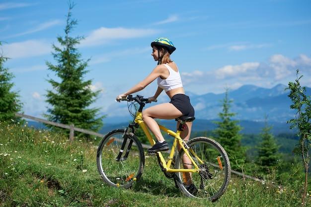 Bicicletta di ciclismo del ciclista della donna in montagna