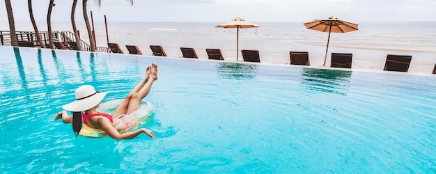 Donna in bikini rilassante in una piscina