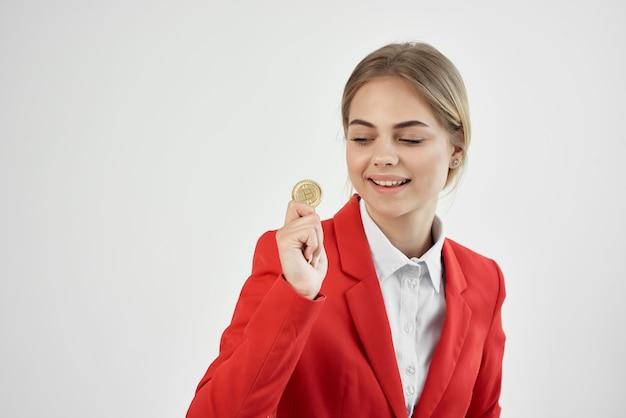Donna bitcoin criptovaluta in mani sfondo chiaro