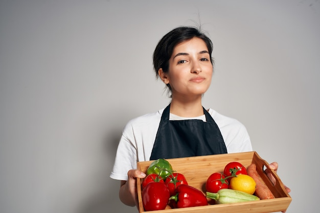 Donna in grembiuli neri verdure cibo sano stile di vita