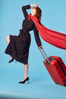 Donna in cappotto nero viaggio stile di vita ufficiale di vacanza. foto di alta qualità