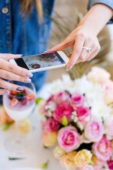 Preparazione della festa per la foto dello smartphone della blogger donna