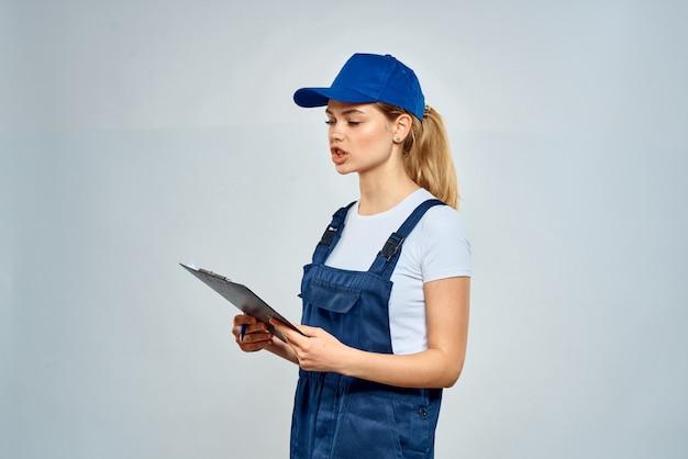 Donna in uniforme della protezione blu che fornisce servizio di lavoro di consegna