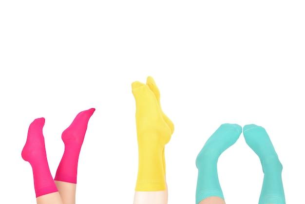 Donna in calzini blu isolati su bianco