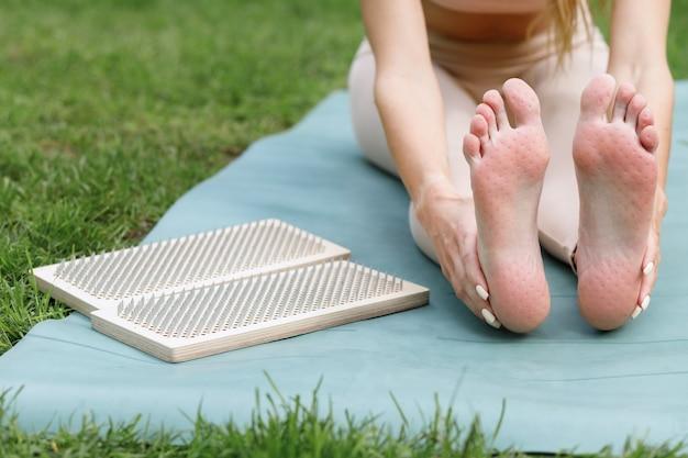 Donna e tavola sadhu sul tappeto in estate