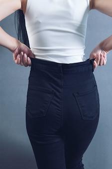Donna in reggiseni e pantaloni in posa