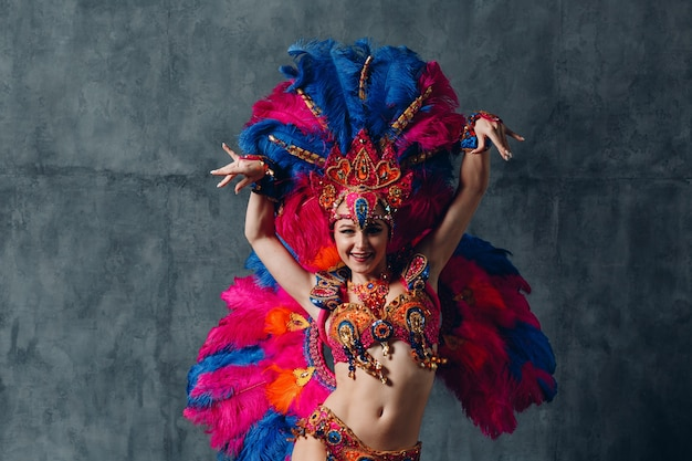 Donna in costume di carnevale samba brasiliana con piumaggio di piume colorate.