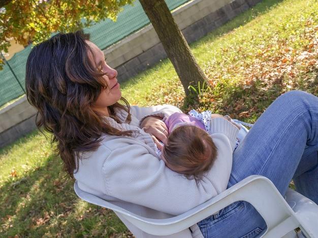 Donna che allatta bambino