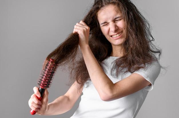 Donna che spazzola i capelli