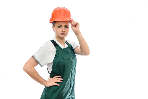 Costruttore di donna in casco isolato su bianco