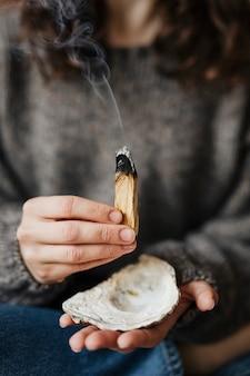 Donna che seppellisce il palo santo per aver pulito la sua casa