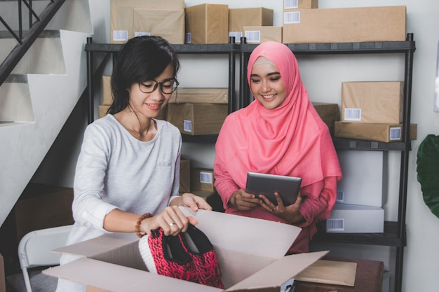 Socio commerciale della donna in piccolo ufficio