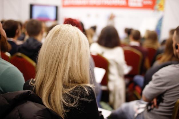 Donna sulla presentazione aziendale sulla formazione del team
