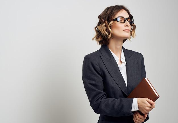 Donna in giacca e cravatta con un libro in mano lavoro professionale. foto di alta qualità