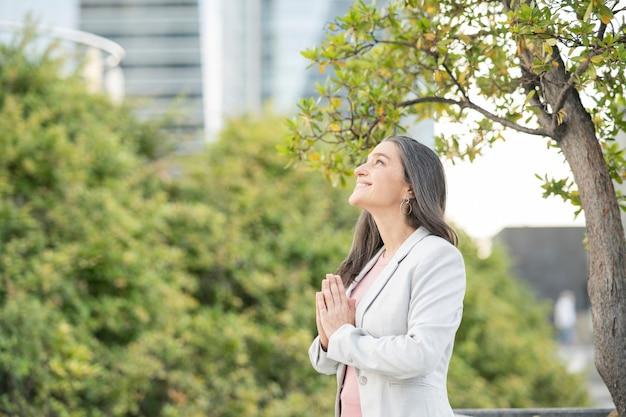 Città dello yoga d'affari della donna
