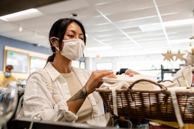 Donna che compra tovaglioli, negozio di moda sostenibile