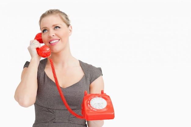 Donna che chiama con qualcuno in un telefono