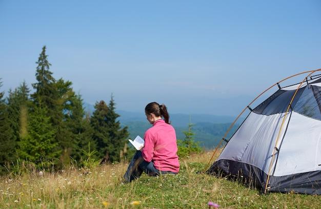 Donna in campeggio in montagna