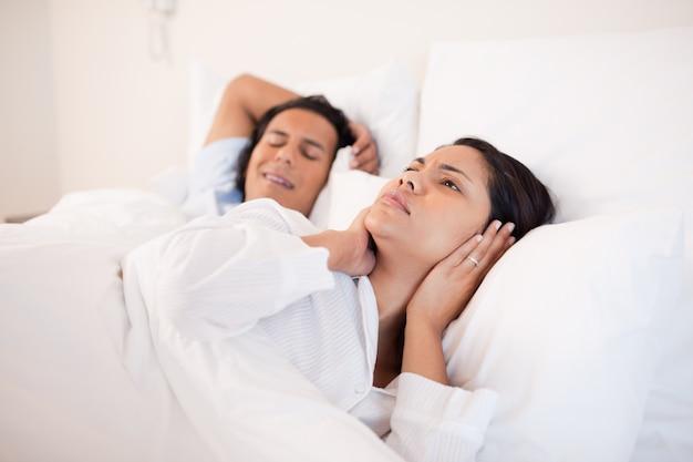 La donna non può dormire accanto al suo ragazzo russante