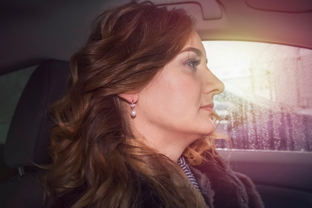 Donna in macchina. contro i raggi del tramonto. sole splendente