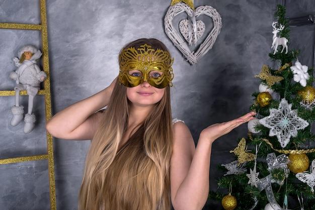Donna in maschera di carnevale con decorazioni di capodanno. nuovo anno 2019
