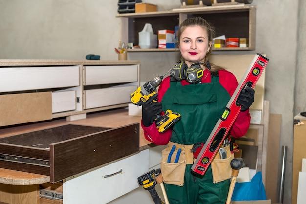 Falegname donna con diversi strumenti di falegnameria