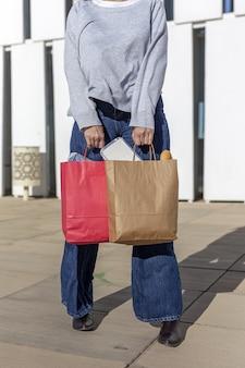 Donna che porta carta riciclabile da asporto sacchetto di cibo